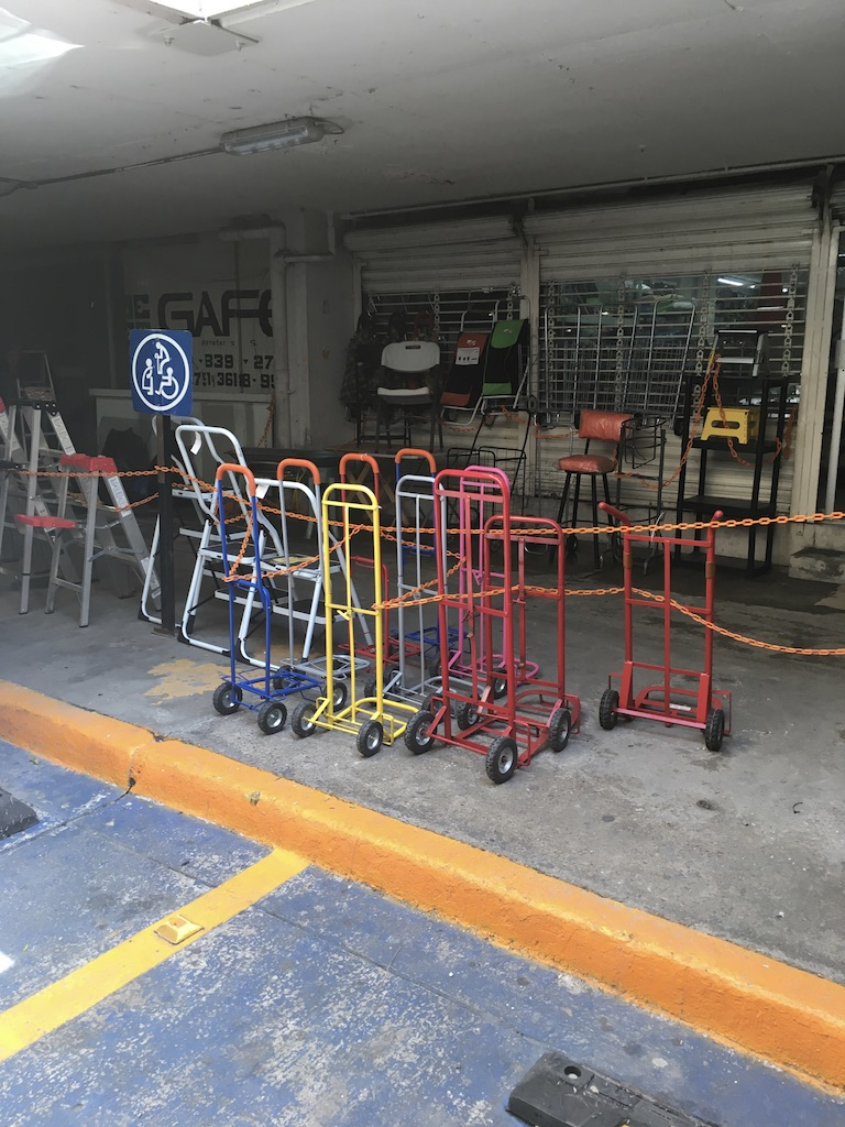 Diablitos en venta, estructuras autoportantes mostrándose en local comercial al interior de un estacionamiento, GDL MX, 2018
