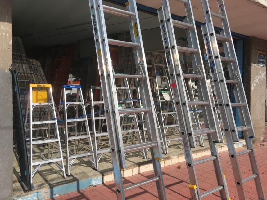 Carcel temporal, Display de escaleras de aluminio en tienda de la ciudad de GDL MX, 2017